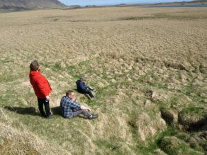 Enn mótar fyrir götu er liggur að brunninum suðaustan við bæinn.