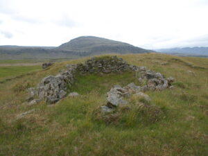 Í norðvestur frá bæjarstæðinu er grjóthlaðin sæluhúsatóft.